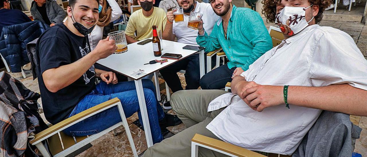 Jóvenes en la terraza de un bar de la Plaça de Dins en Alcoy. | JUANI RUZ