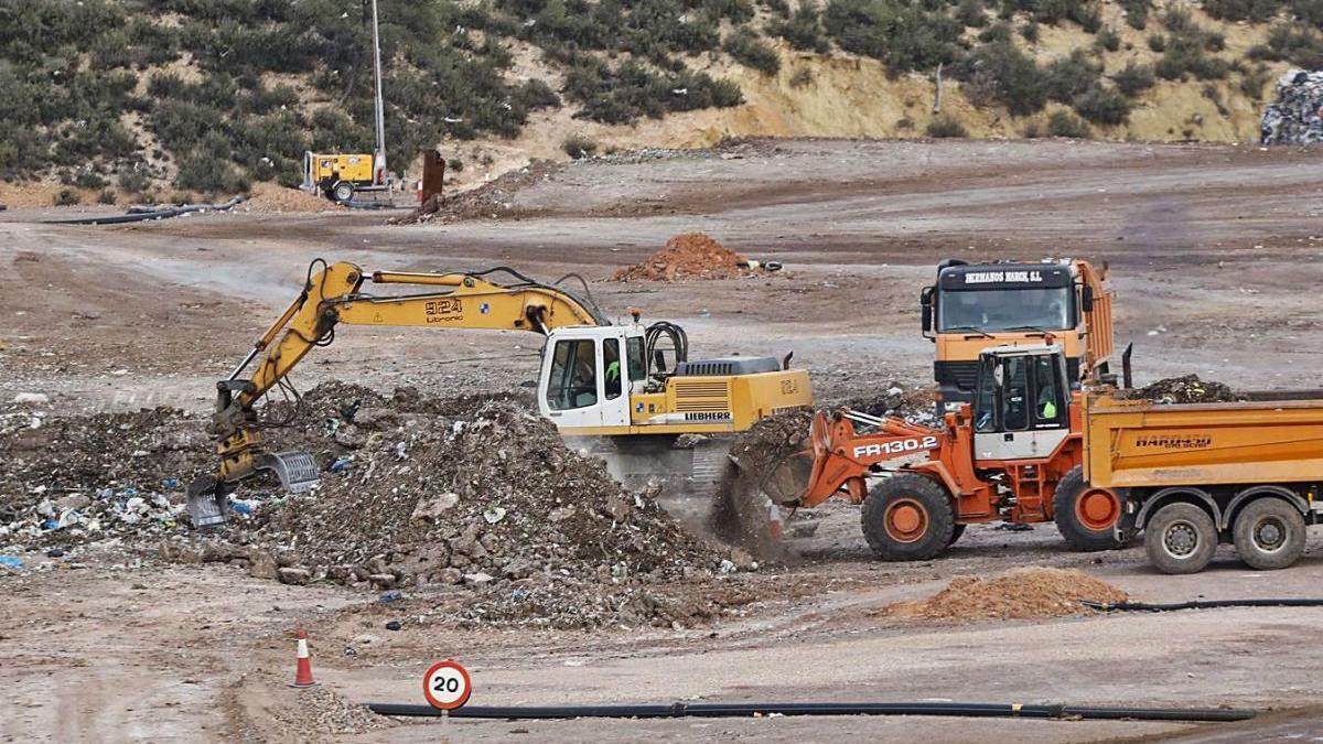 Dos de las  excavadoras  y un camión bañera de los utilizados en  la búsqueda del cuerpo.