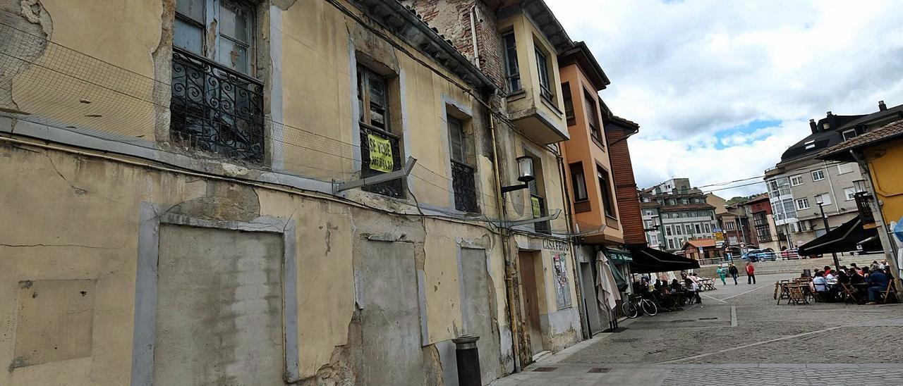 Casas abandonadas junto a la plaza de Requejo.