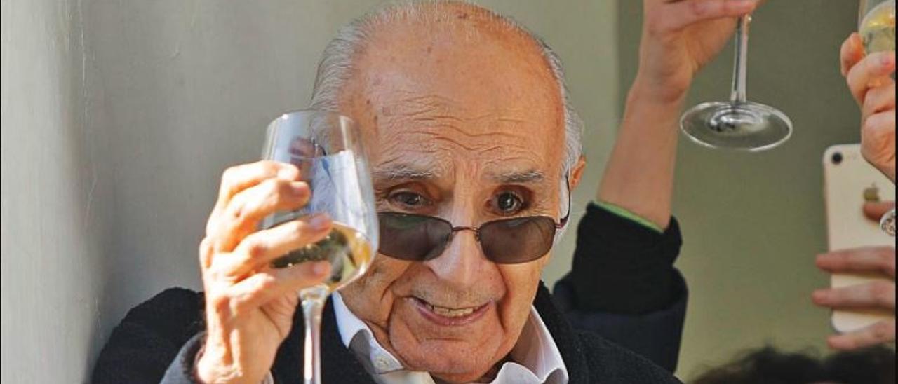 Brines brindó ayer desde un balcón de su casa en la partida de l'Elca, en Oliva.