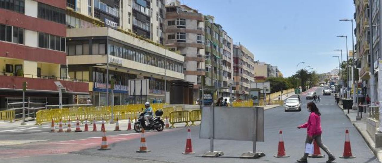 Zona afectada por las obras de asfaltado en el cruce del paseo de Chil.     ANDRÉS CRUZ