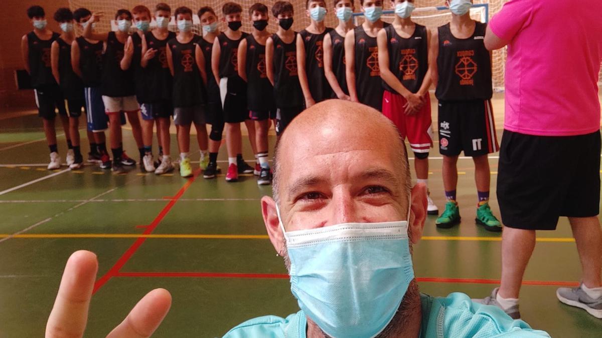 David Serrano, en Extremadura con un grupo de chicos detrás.
