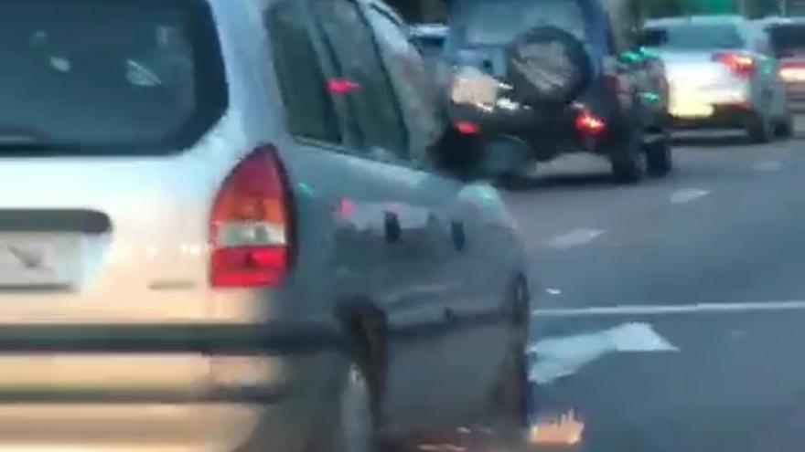 Sancionan con 500 euros a un conductor que circulaba sin neumático