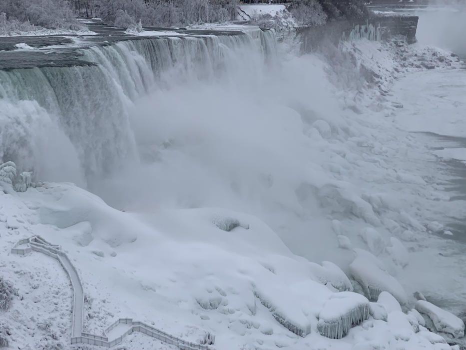 Estampas de las cataratas del Niágara congeladas.