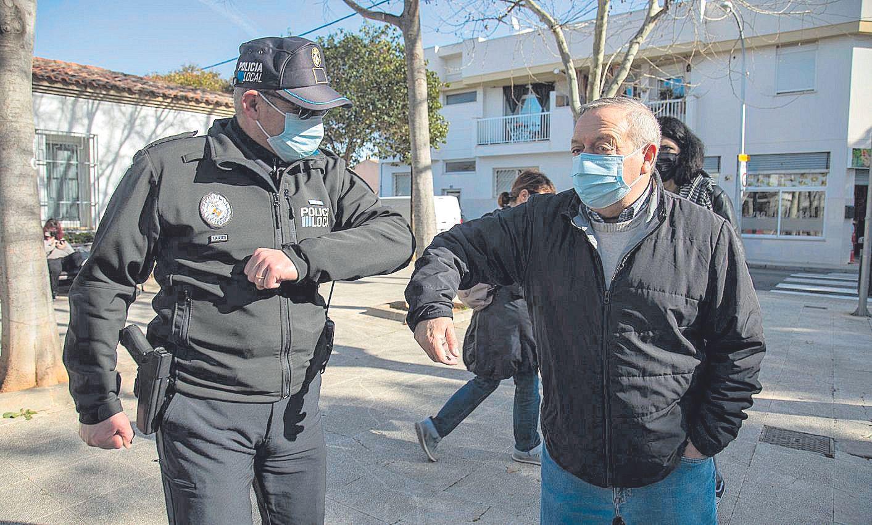 Gaspar y el presidente de la asociación de vecinos, Rafel García, se saludan. | GUILLEM BOSCH