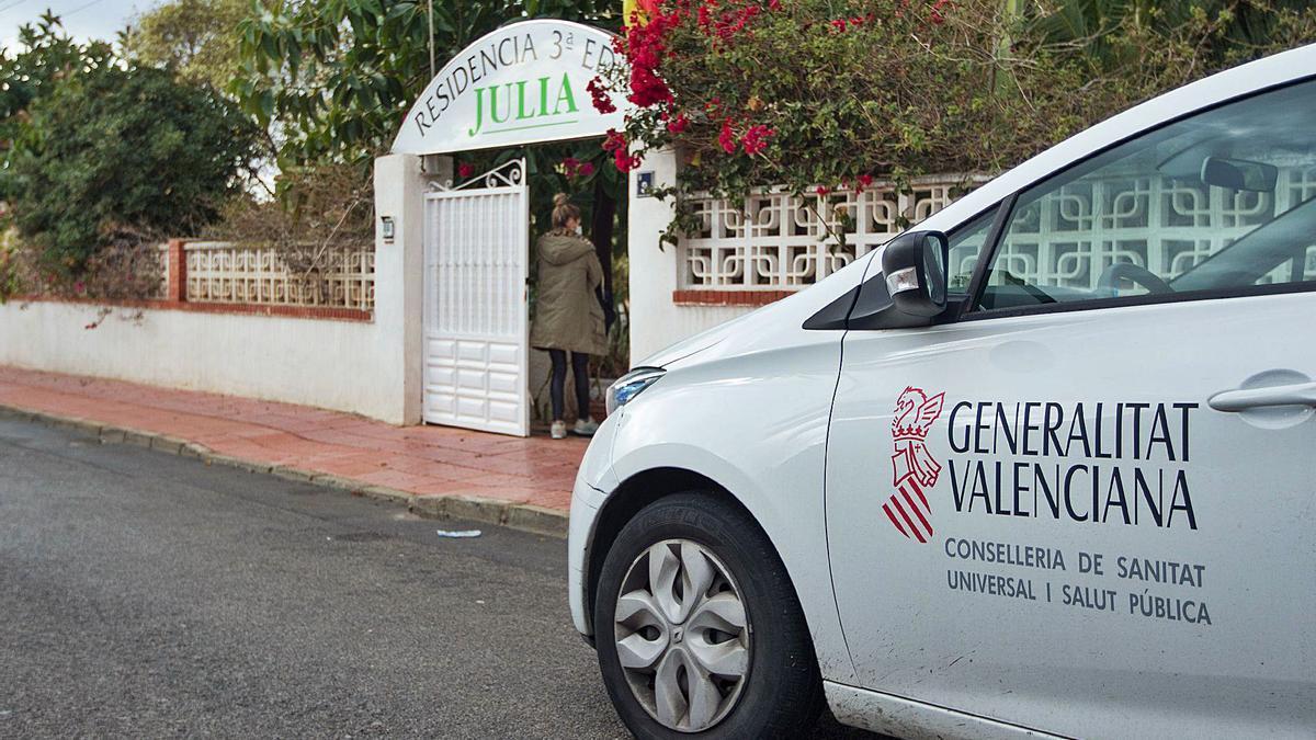 Un vehículo de Sanidad, durante el fin de semana, aparcado frente a la residencia de Mutxamel afectada por el brote de covid. | ALEX DOMÍNGUEZ