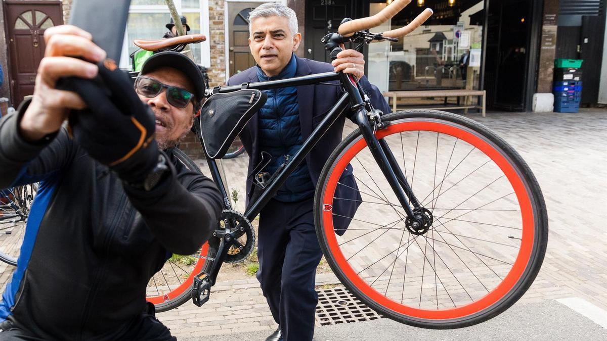 Khan posa para una foto con un simpatizante durante la campaña electoral.