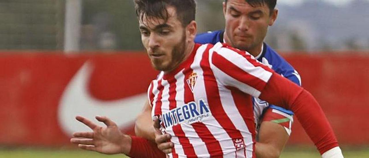 Campuzano disputa un balón con Aldasoro en el partido ante la Real B. | M. L.
