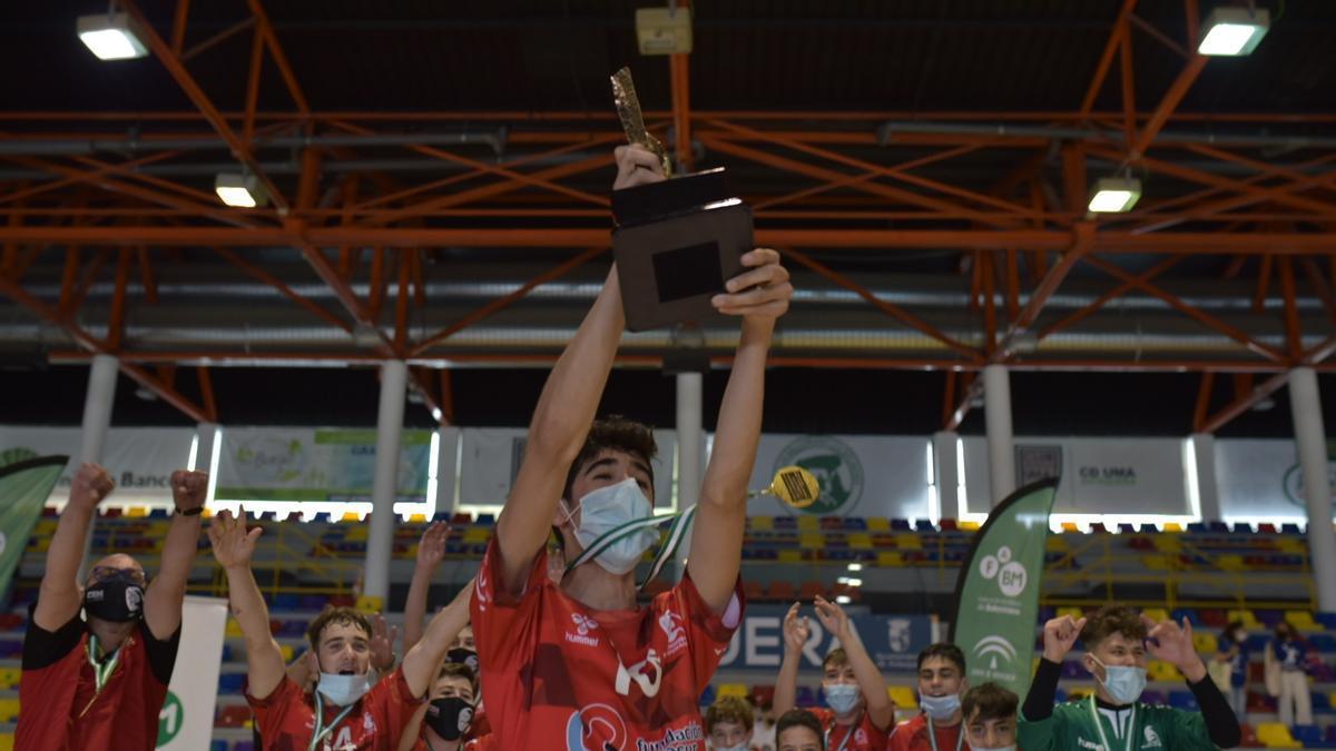 EL CBM Cajasur levanta el título de campeón de Andalucía infantil.