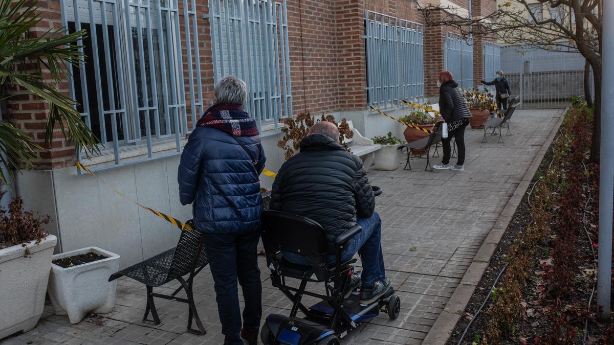 Familiares visitan a residentes en un geriátrico de Zamora