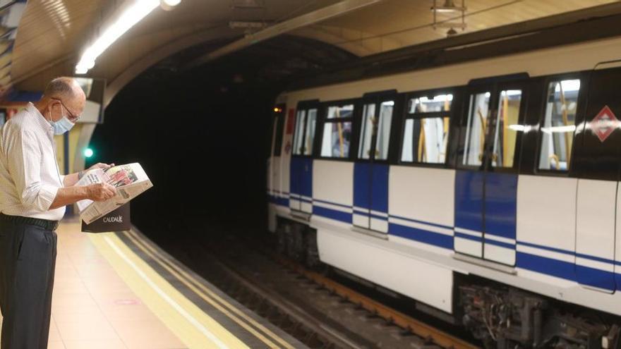 Madrid plantea prohibir a los viajeros que coman y beban en el transporte público
