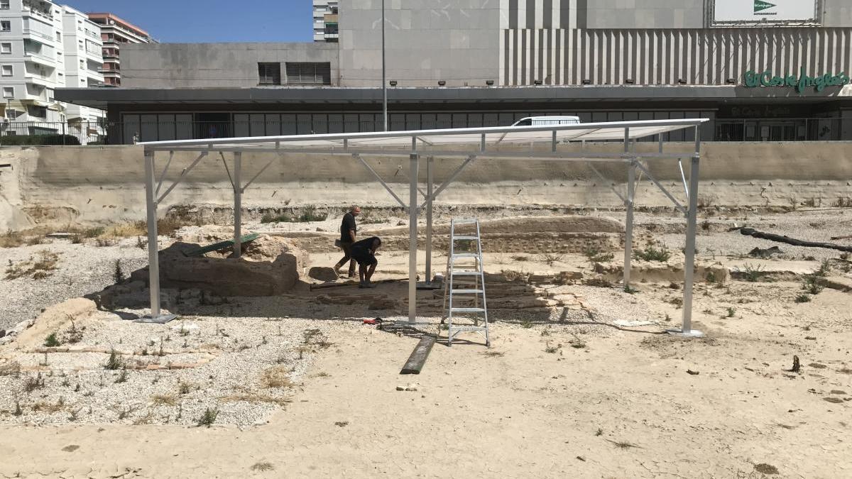 Personas instalan las estructuras en el arrabal.