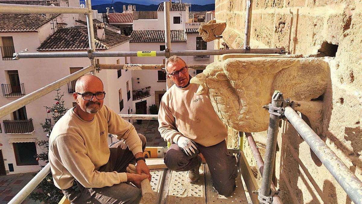 José Vicente Vaquer y Pepe Signes, dos de los últimos tosqueros, junto a la gárgola restaurada. | LEVANTE-EMV