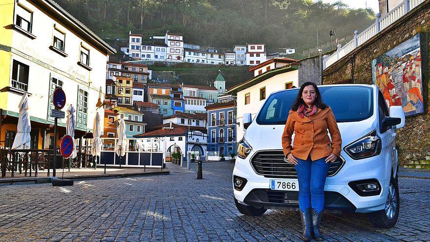 Carolina, la taxista que dejó Madrid para vivir en la tierra de su abuela, Cudillero
