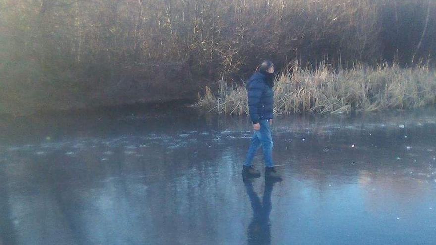 En Puebla de Sanabria la helada ya permite caminar sobre las aguas