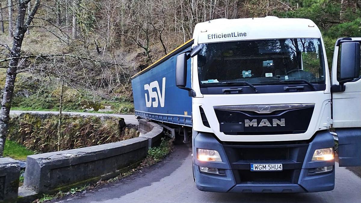 El camión, atascado entre Navelgas y Naraval. | D. Á.