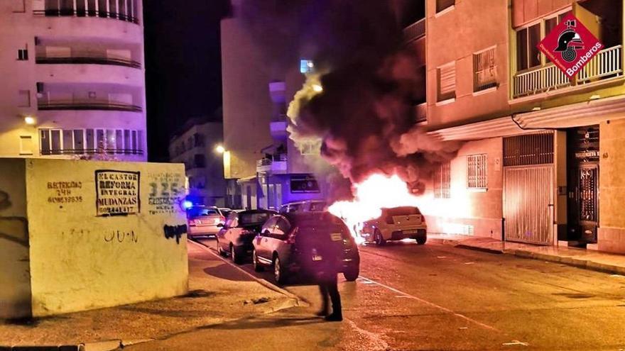 Vídeo de los daños provocados por el incendio de un vehículo, que afectó a otro y a la fachada de un edificio en la calle Fuensanta de Torrevieja