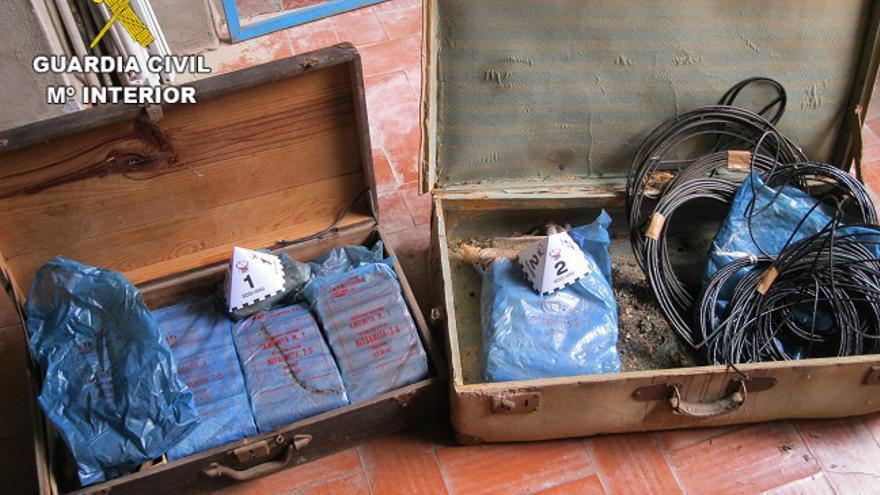 La Guardia Civil destruye una caja de explosivos hallada mientras limpiaban una casa en Sumacàrcer