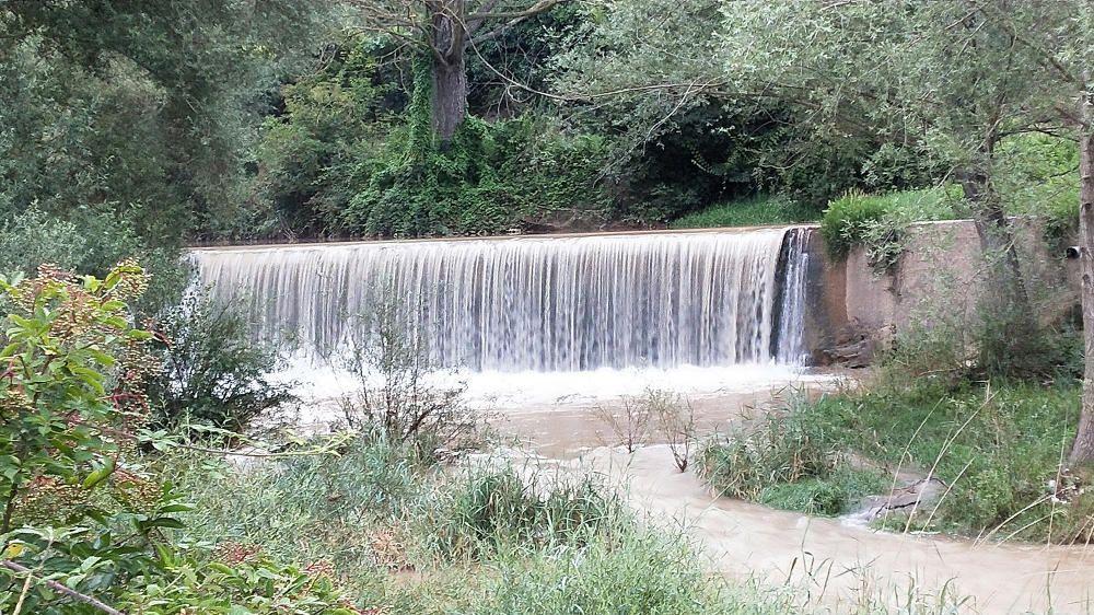 L'aigua baixa molt carregada de sediments.