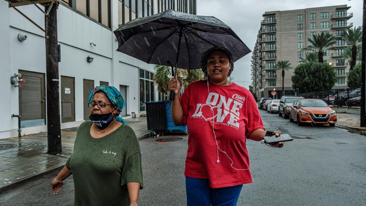 Dos mujeres pasean por las calles de Nueva Orleans este domingo.