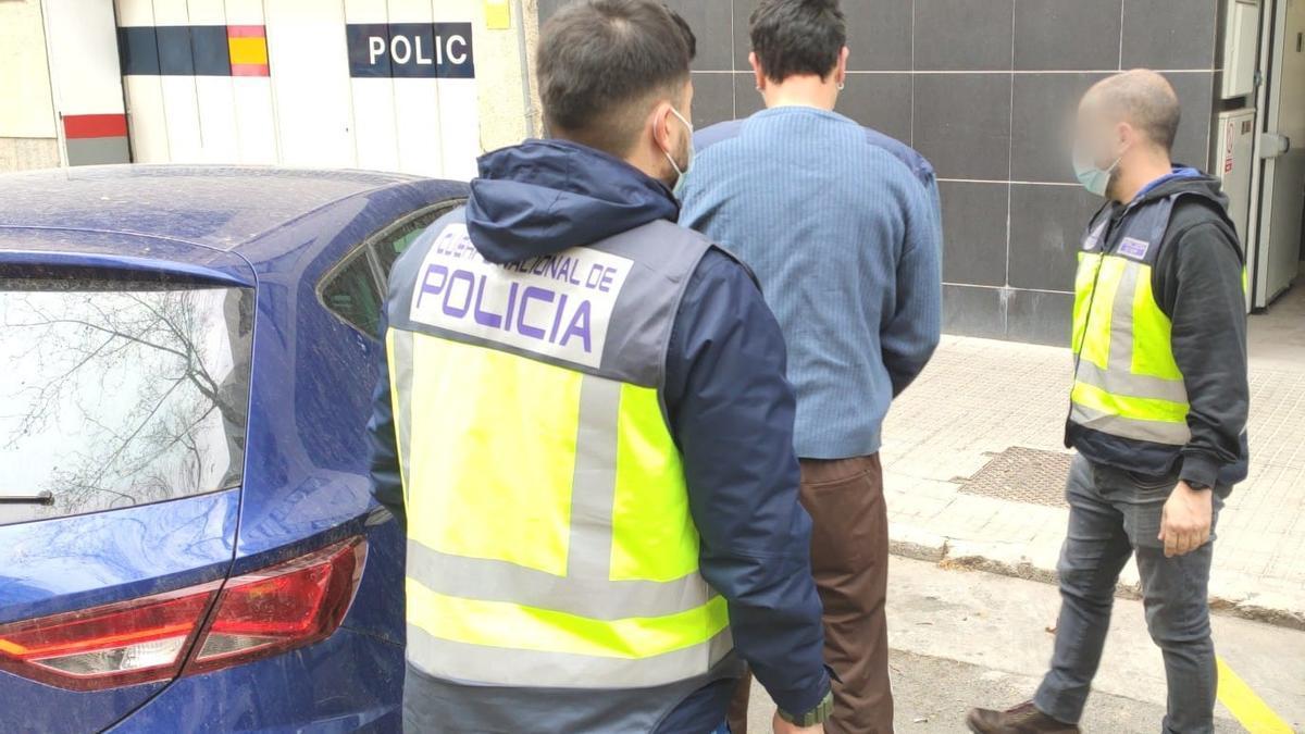 Agentes de la Policía Nacional detienen a uno de los proxenetas.
