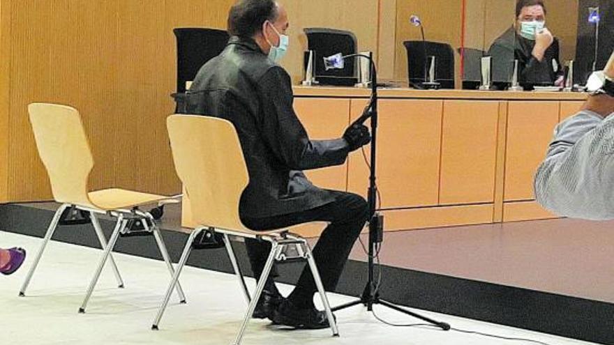La Fiscalía acusa al dueño de una clínica dental de ejercer sin título