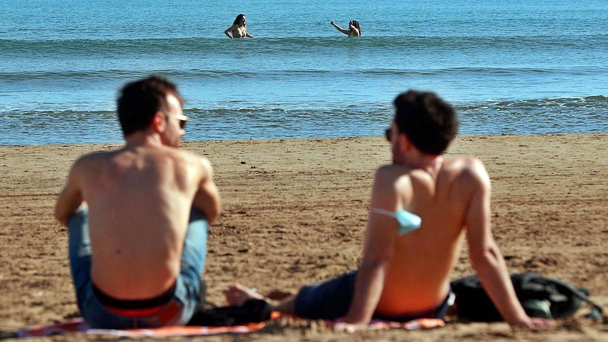 El calor resultó ayer tan sofocante que la gente hasta se bañó en la playa. | EFE/KAI FÖRSTERLING