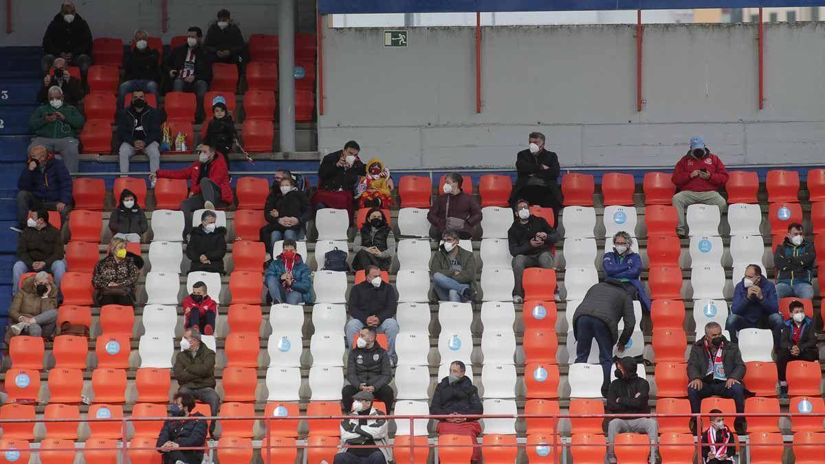 Aficionados en las gradas del estadio Anxo Carro, en Lugo.