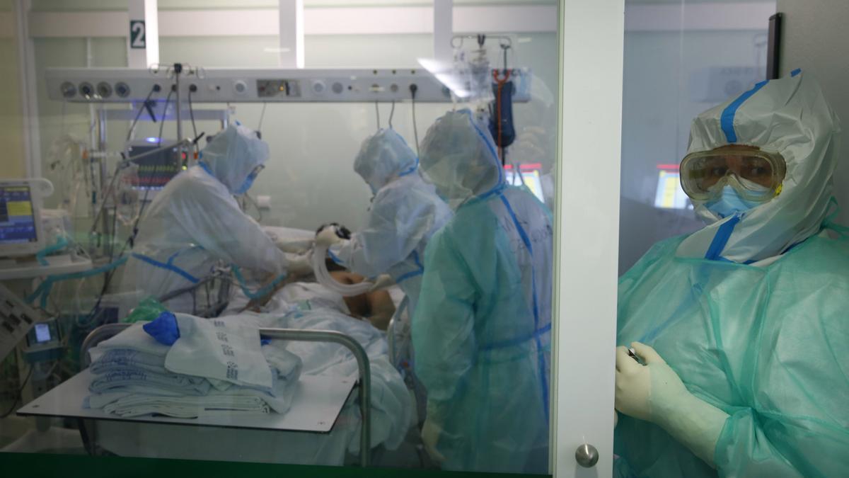Sanitarios atienden a un enfermo en la UCI de Montecelo.