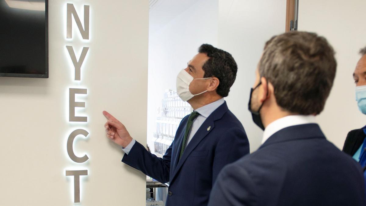 El presidente de la Junta de Andalucía, Juanma Moreno, durante la inauguración del servicio de Urgencia de Atención Primaria y Radiodiagnóstico y detección de cáncer de mama del Centro de Salud Bulevar en Jaén.