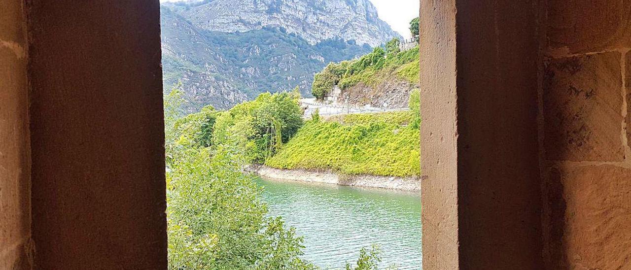 El pantano de Tanes visto desde la colegiata, la zona donde podría instalarse el embarcadero.
