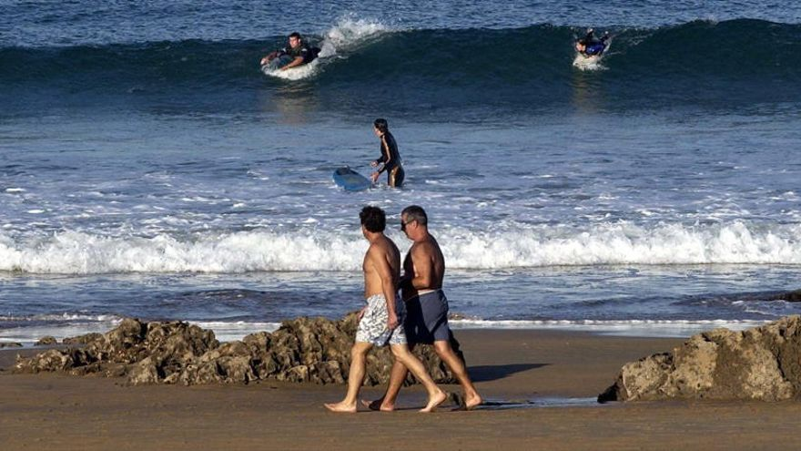 Cierran dos playas cántabras por afecciones en la piel de casi 40 bañistas