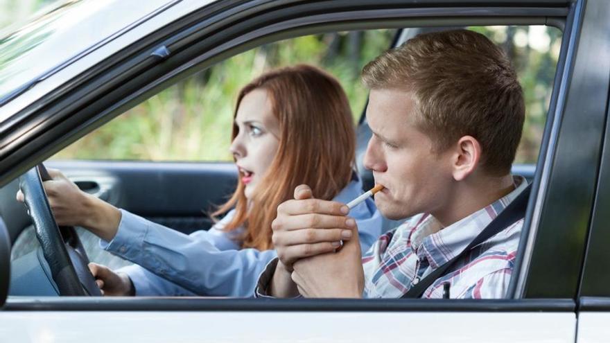 Fumar conduciendo: un riesgo para la seguridad vial