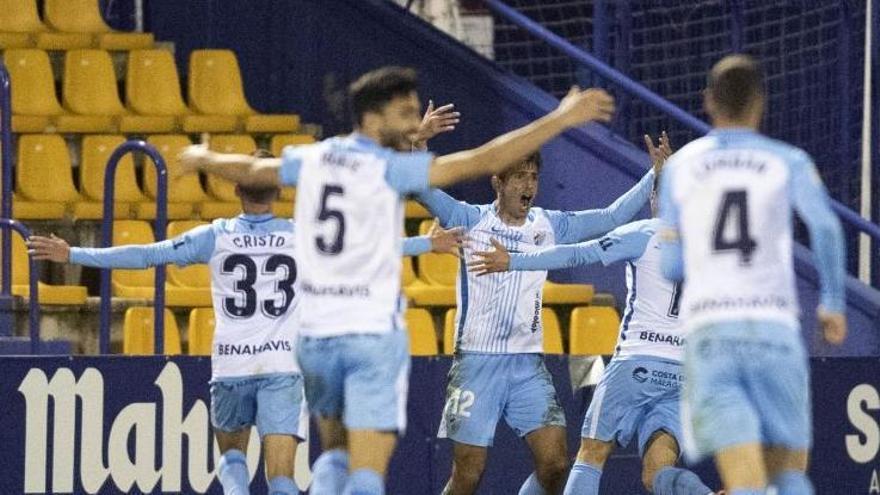 Los jugadores del Málaga CF celebran el tanto de Chavarría.