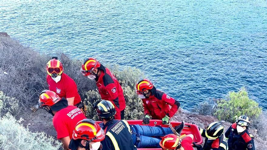 Los bomberos rescatan a un pescador en Tenerife