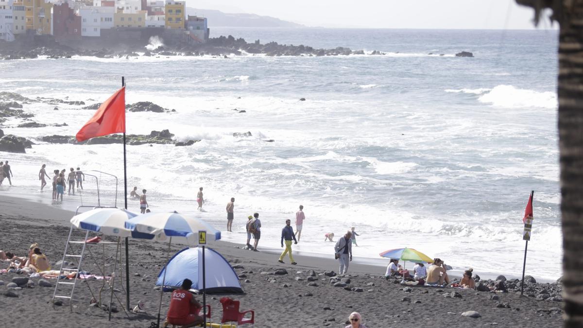 Imagen de archivo de la costa tinerfeña durante una aviso de fuerte oleaje y viento.
