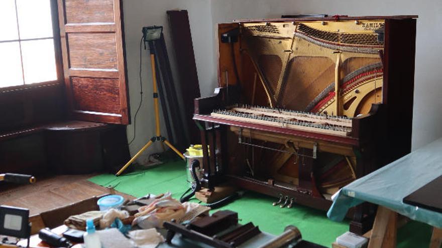 La Casa de Carta restaura 'in situ' las piezas que recrean un salón del siglo XIX