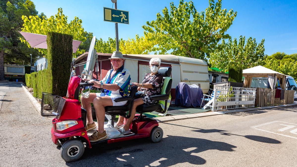 Una pareja de turistas jubilados que eligen el camping.