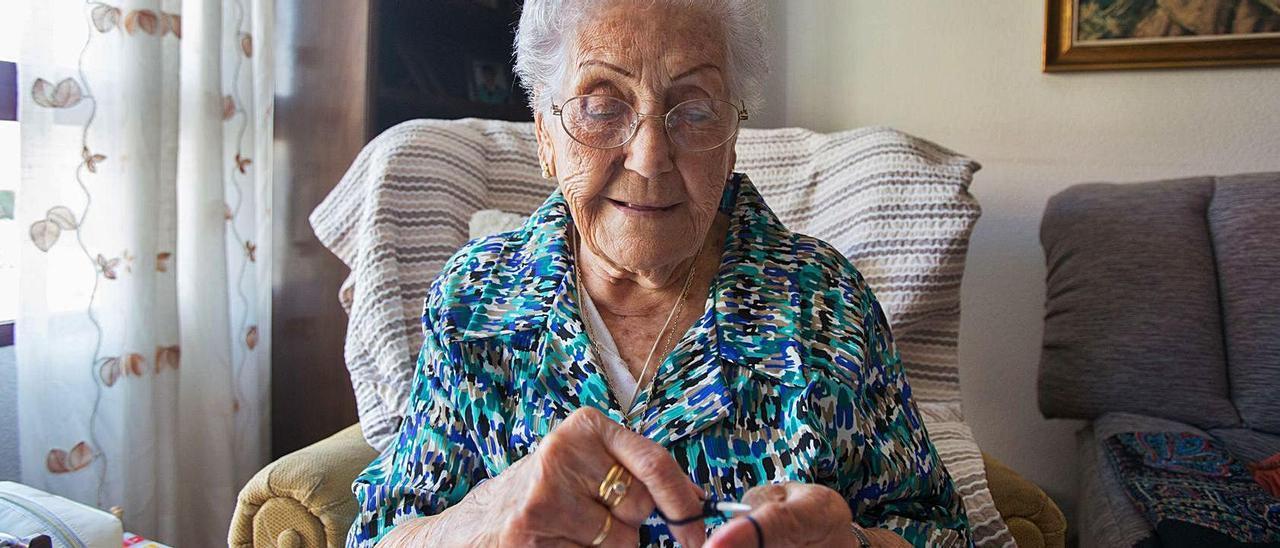 Rosario Zaragoza en su casa, en la Gran Vía, donde pasa el tiempo leyendo, viendo la tele y haciendo punto.  