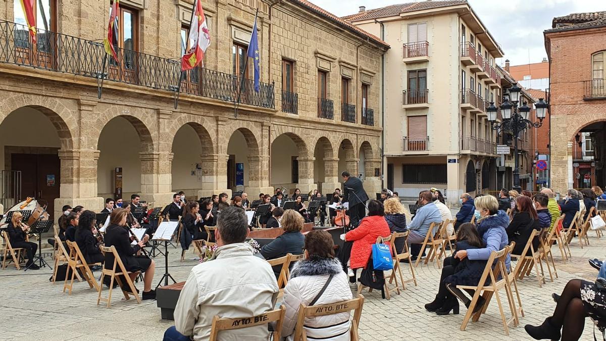 La Banda Maestro Lupi en uno de sus últimos conciertos en Benavente.
