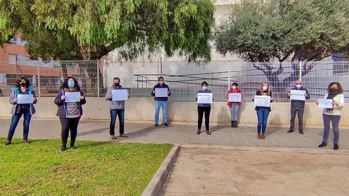 Trabajadores de uno de los servicios psicopedagógicos escolares (SPE), en una protesta simbólica. | LEVANTE-EMV