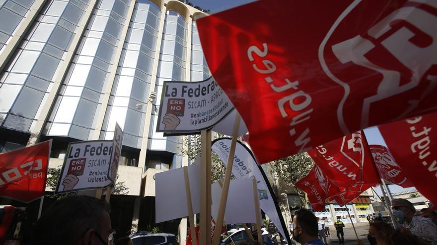 Nueva jornada de protestas frente a la sede del Sabadell en Alicante