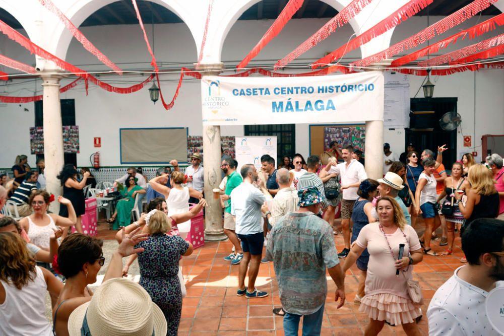 La Feria de Málaga cumple una semana de fiesta. Este miércoles, a pesar de los cielos encapotados y la sensación de bochorno, miles de personas se divierten por las calle del Centro Histórico de Málaga, en un ambiente quizá algo más desahogado de gente que otros días