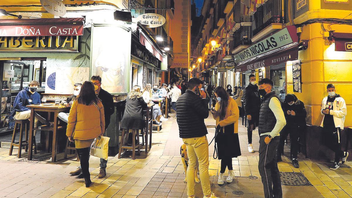 Clientes en el tubo de Zaragoza en un día festivo