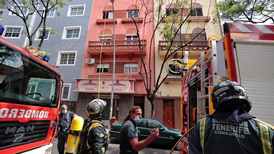Los bomberos sofocan el incendio declarado en una vivienda en Santa Cruz