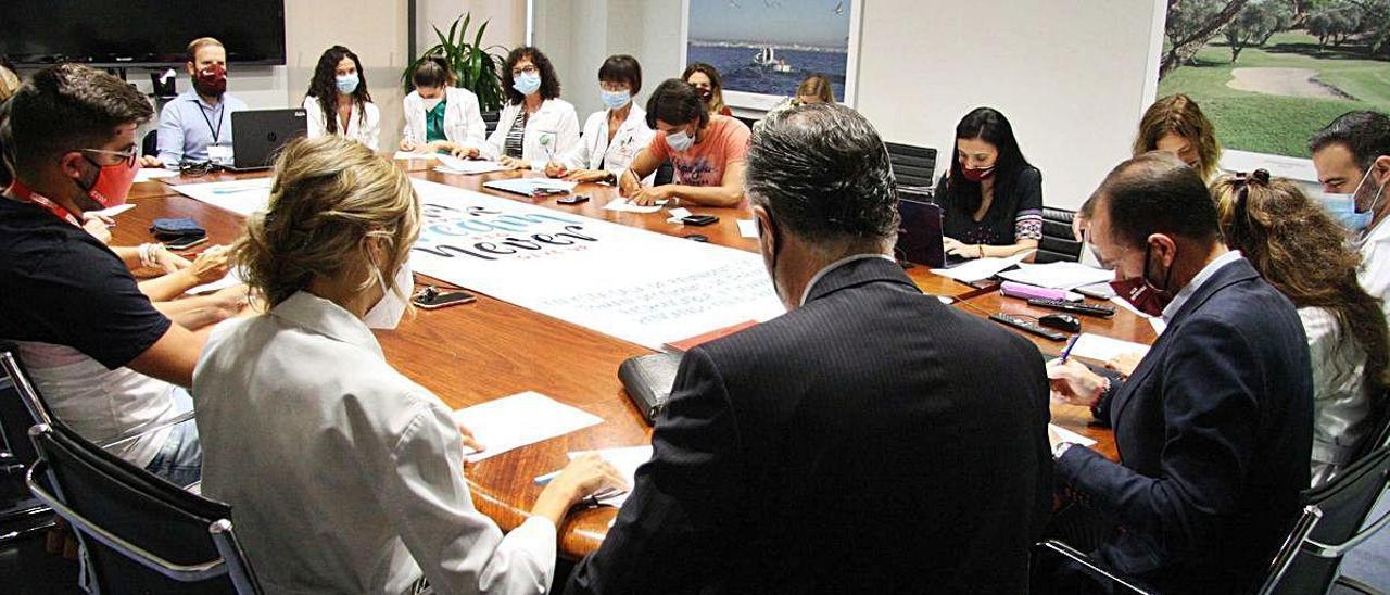 Firma del nuevo convenio colectivo entre los sindicatos y la gerencia del hospital de Torrevieja hace unos días.