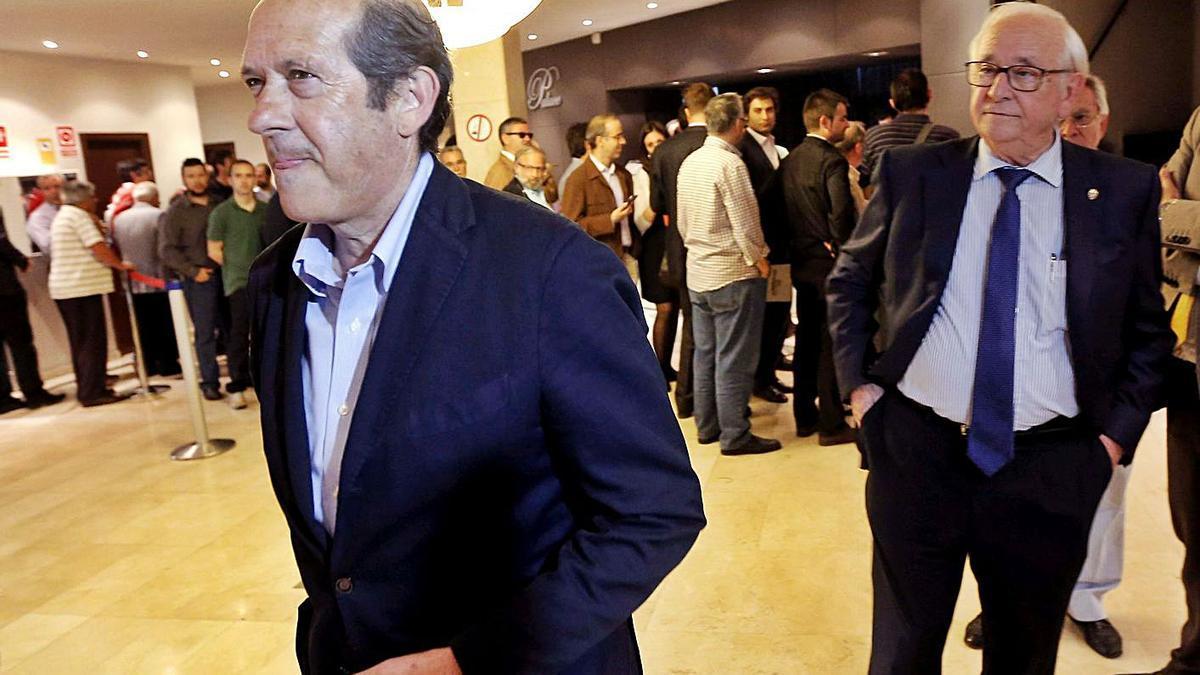 Manuel Llorente, junto a Vicente Andreu, en una junta de accionistas.  | EFE/KAI FÖRSTERLING