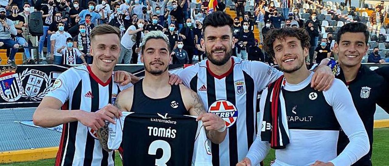 Tomás Sánchez enseña su camiseta tras un partido con el Badajoz. | Twiter de Tomás Sánchez