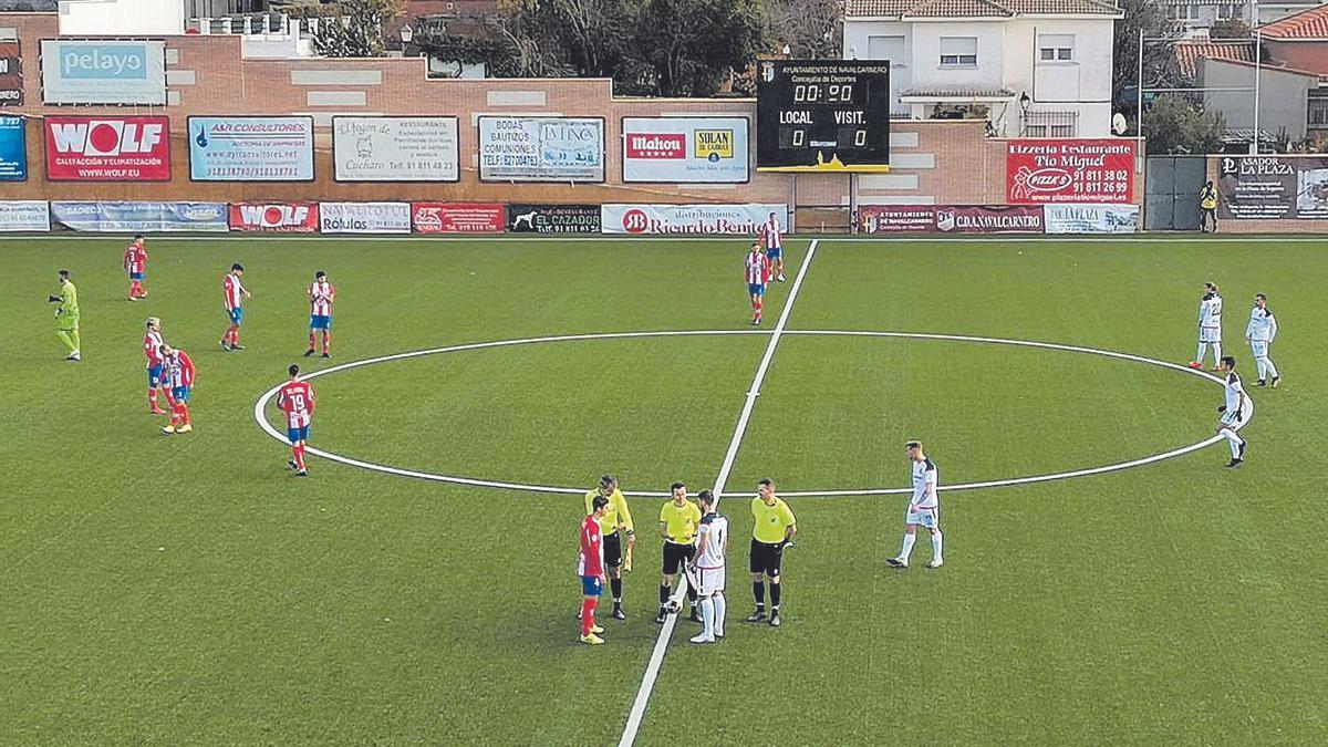 Los capitanes de ambos equipos y el trío arbitral en el sorteo de campos antes del partido.