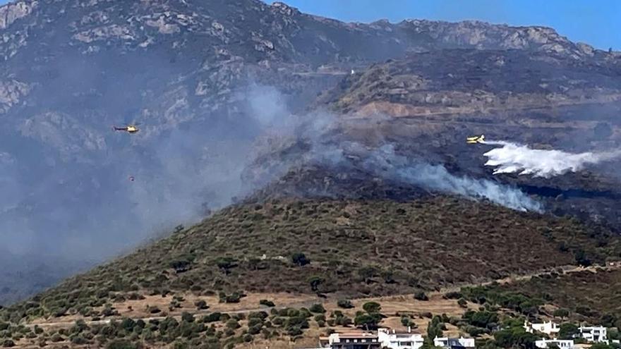 L'incendi de Llançà crema entre 400 i 500 hectàrees, amb 350 persones evacuades i quatre bombers i un ADF ferits lleus